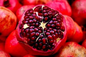 If a pomegranate were to write a reseme, which of the following would it include as it's nutritional benefits?