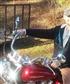Disfruto de conducir mi motocicleta en las carreteras rurales cerca de mi propiedad de montaña en los Estados Unidos.
